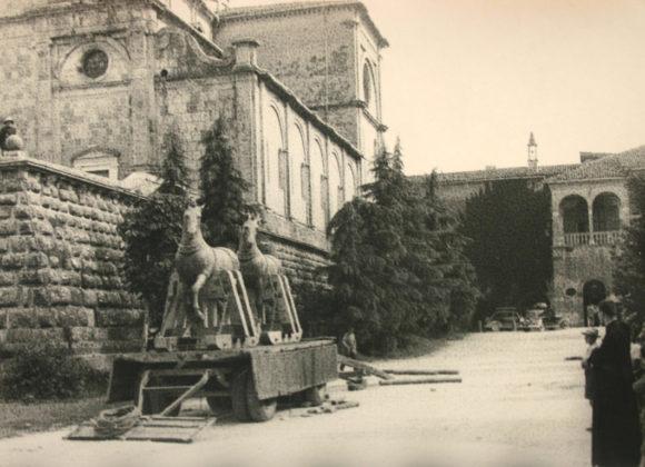 i-cavalli-di-san-Marco-ricoverati-sotto-la-chiesa-riprendono-la-strada-per-Venezia-luglio-1944